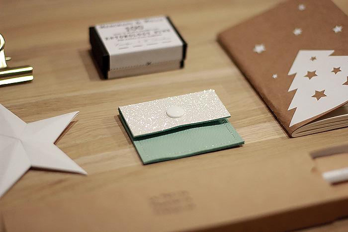 Mini pochette en cuir et jolies fournitures