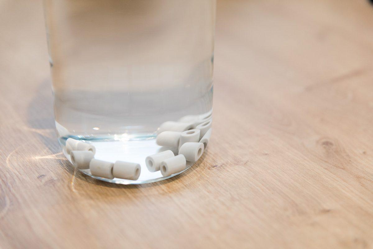 Des perles de céramique pour purifier l'eau du robinet